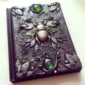 Креативное оформление ежедневника пчелкой и камнями