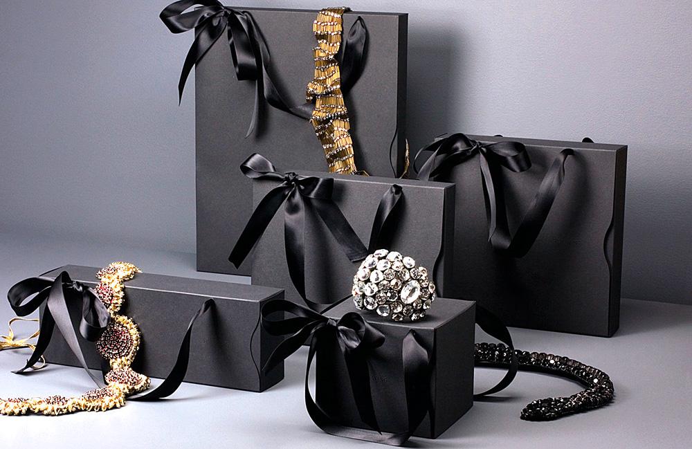 Коробки из черного картона с шелковыми лентами