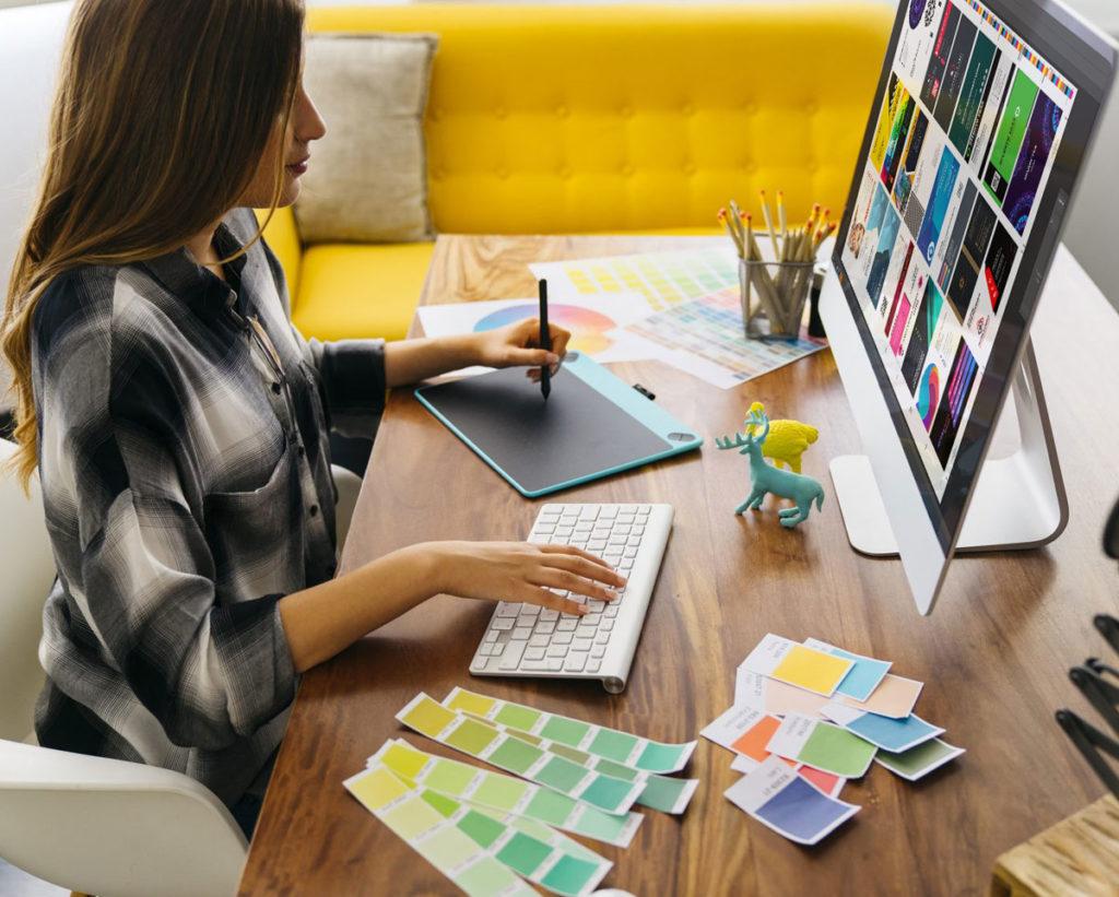 Специалист по препресс подготовке файлов проверяет файлы для печати.