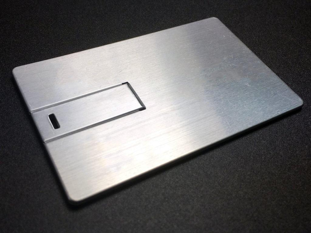 Чистая металлическая флешка визитка.