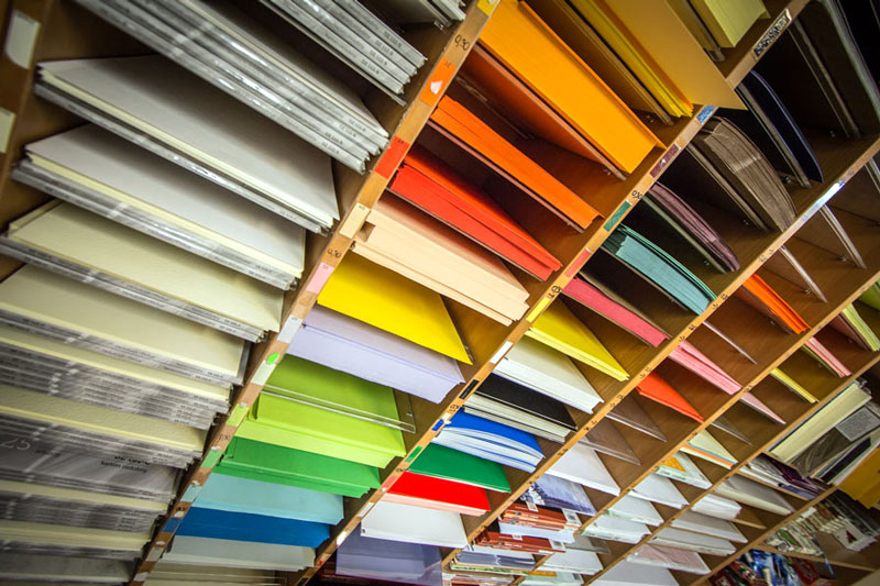 Хранение дизайнерских бумаг на стеллажах.