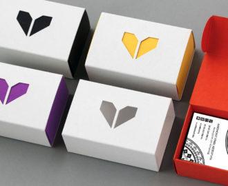 Коробочки для визиток из разноцветного картона с белой обечайкой.