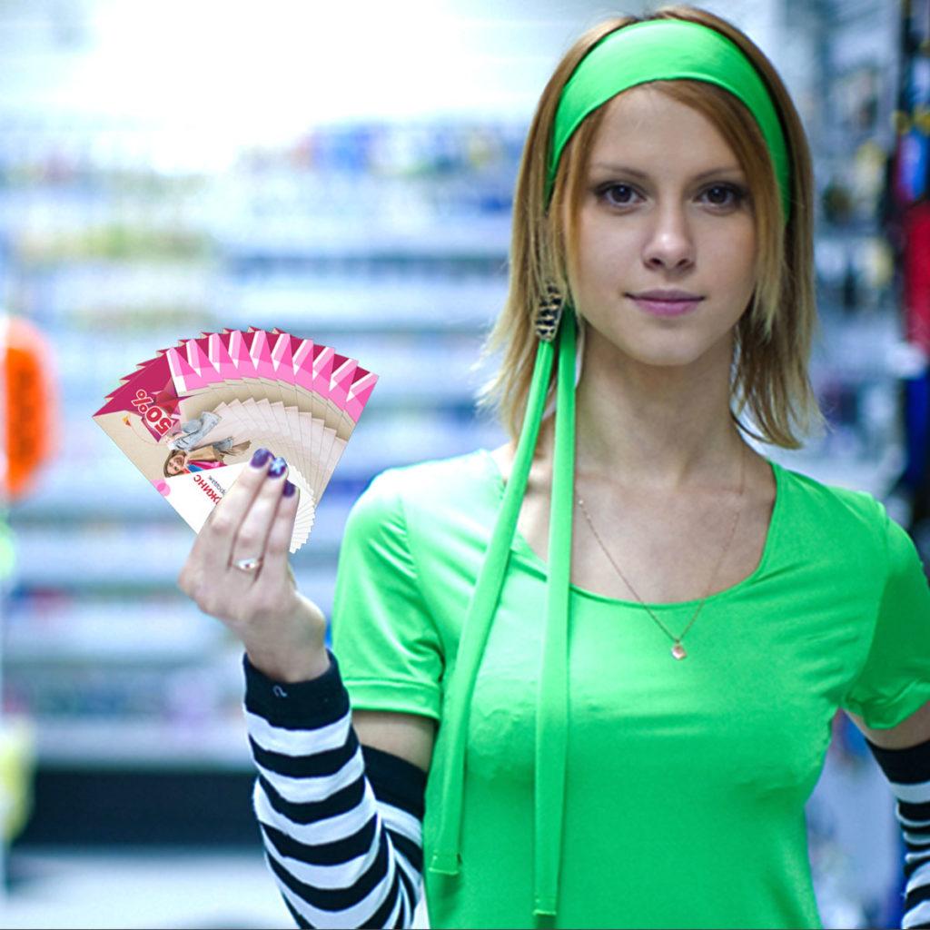 Промоутер раздает визитки.