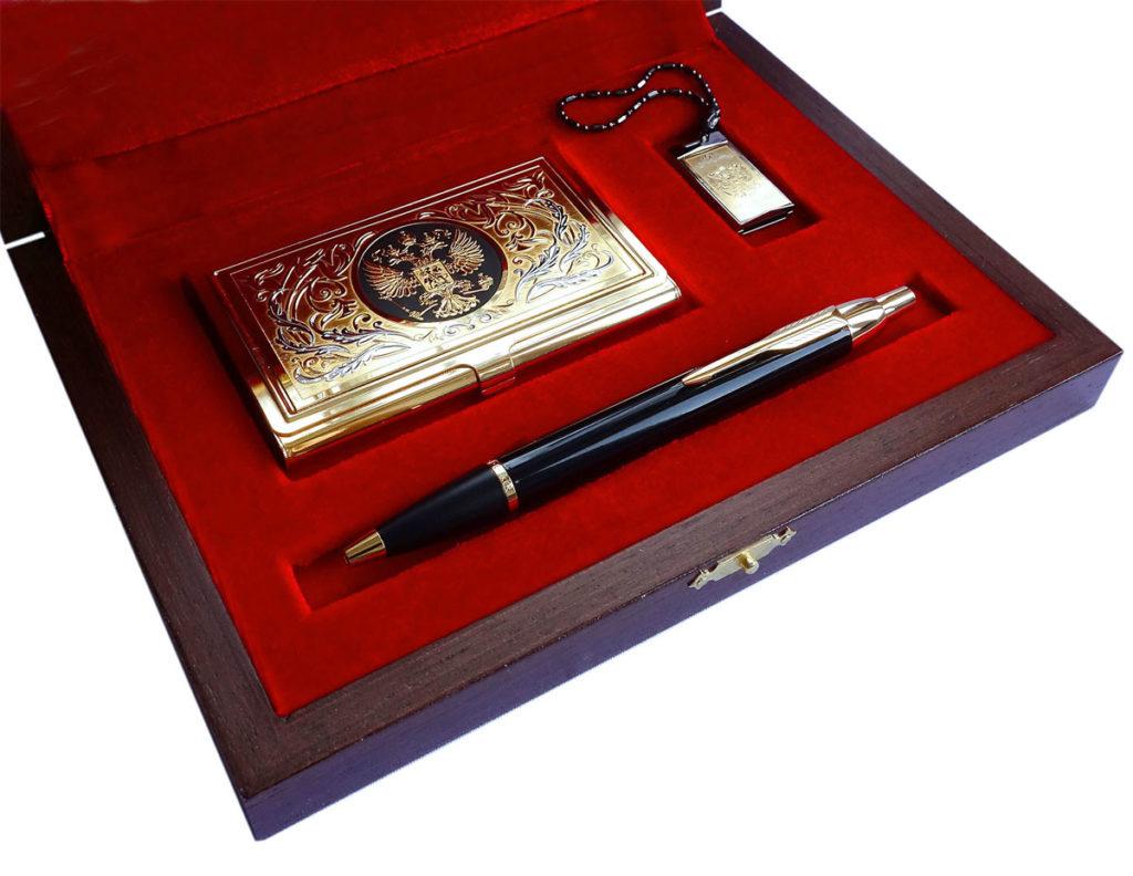 Дорогой подарочный набор с визитницей и узором герба для мужчины.