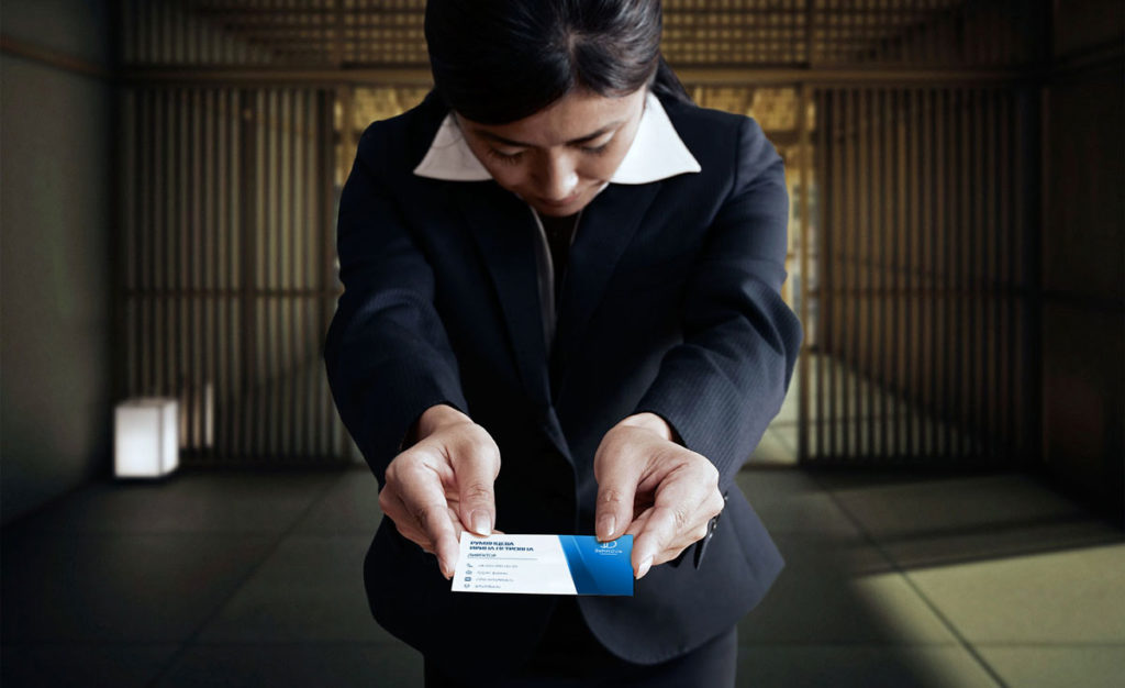 Вручение визитки двумя руками с поклоном.