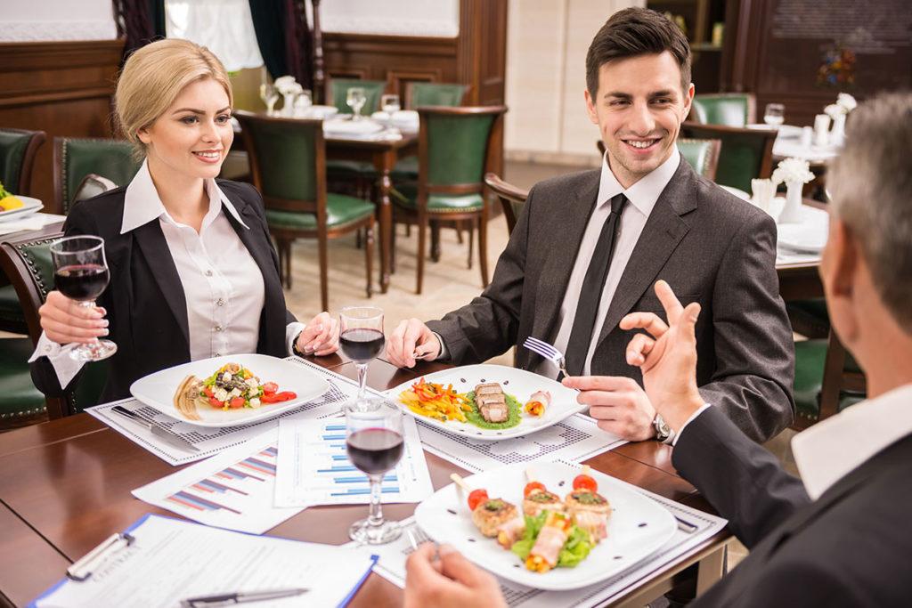 Бизнес партнеры ужинают в ресторане.