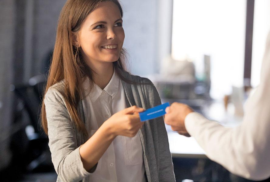 Девушка может первой вручать визитку.