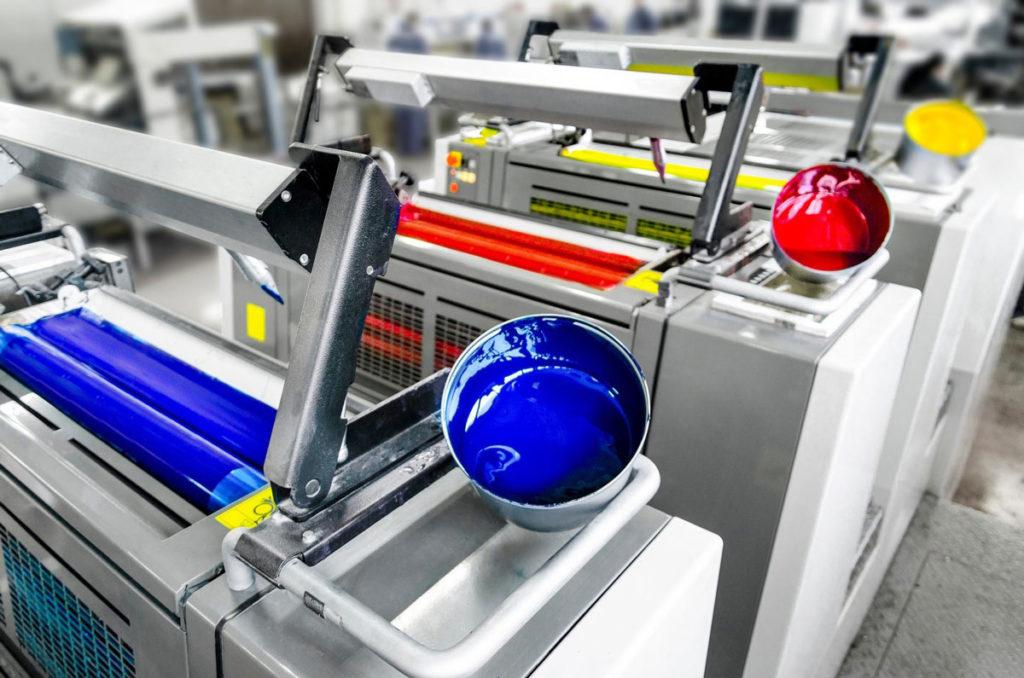 Современная печатная машина в типографии.